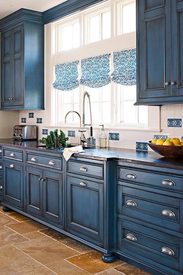 Синие кухни всегда были признаком наличия хорошего вкуса у хозяев дома
