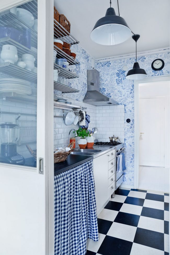 Небольшую кухню лучше не перегружать большими темными поверхностями. К примеру, как базу взять белый, а детали интерьера выполнить в синем, так же приветствуется мелкий узорчатый рисунок на обоях