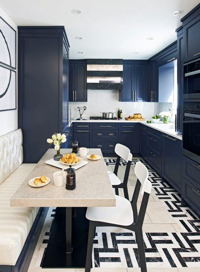 синие кухни: фото - компактная кухня с гарнитуром в насыщенном синем цвете
