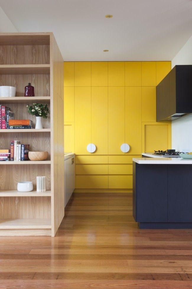 Также вы можете оформить одну из стен в желтом цвете, что также будет выглядеть не менее оригинально
