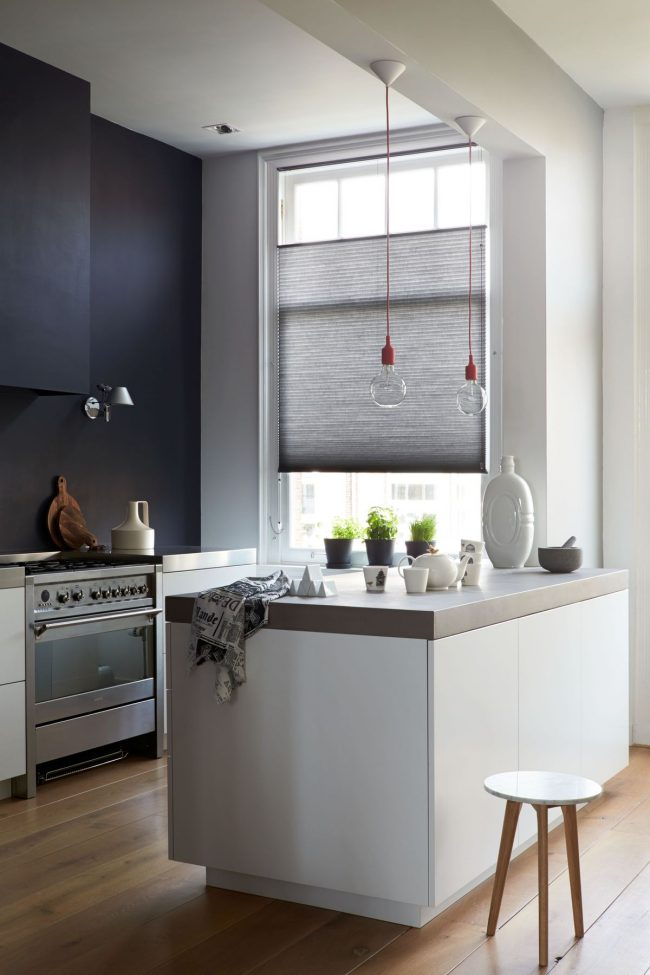 Уютная, выполненая в минималистическом стиле, кухня в глубоком синем цвете