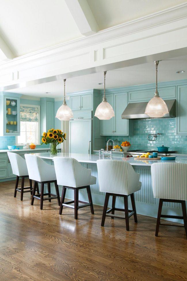 Кухня в светлых оттенках бирюзового с металлическими элементами в интерьере выглядит достаточно атмосферно
