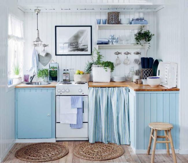Нежный ненавязчивый голубой кухонный гарнитур придает комнате легкости и свежести