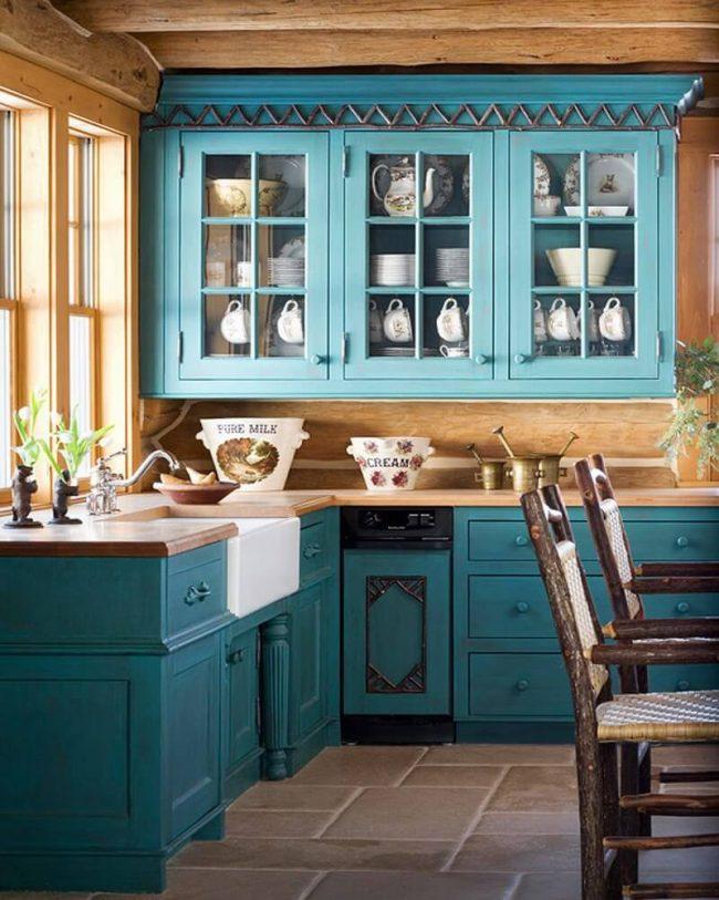 Кухня в теплой цветовой гамме, с кухонным гарнитуром в лазурном цвете и деревянными элементами интерьера