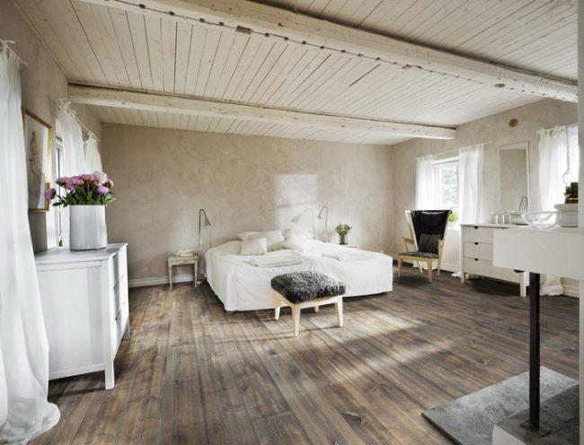Светлая спальня в стиле прованс с деревянным полом и потолком