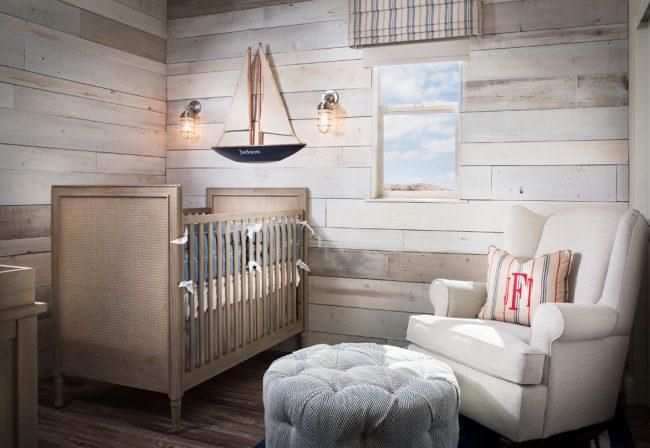 Детская комната с деревянной отделкой в пляжном стиле