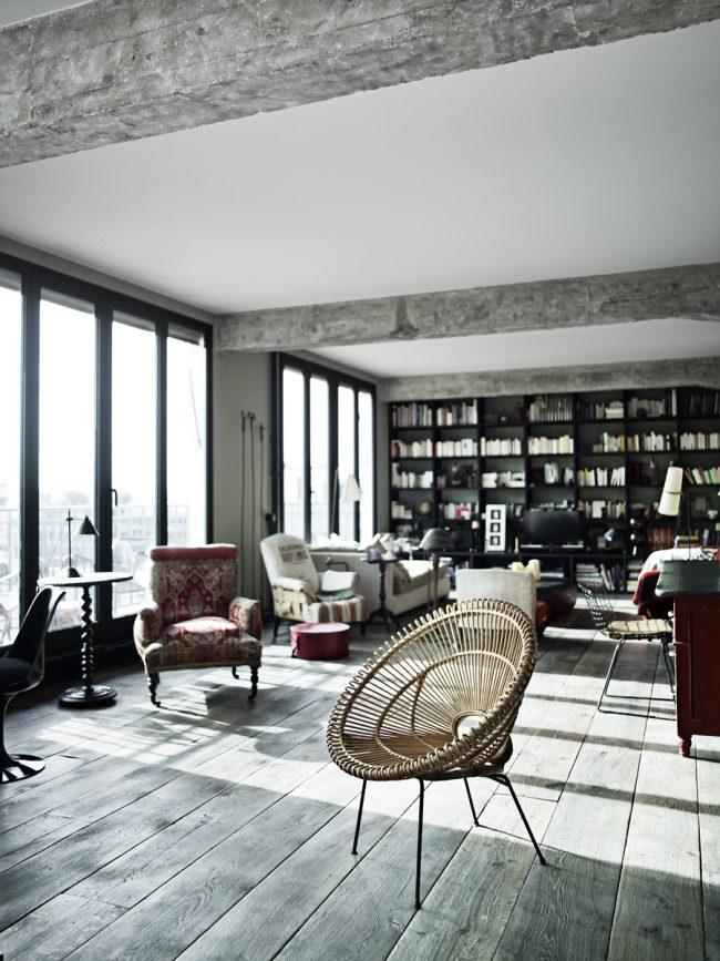 Современная квартира - студия в стиле лофт, с деревянным полом