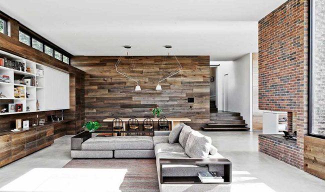 Гостиная в стиле модерн с массовым применением доски в отделке стен