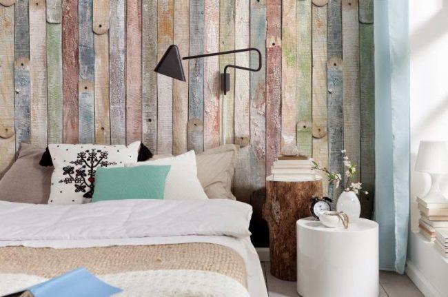 Старая доска, созданная своими руками, украсит изголовье кровати в спальне
