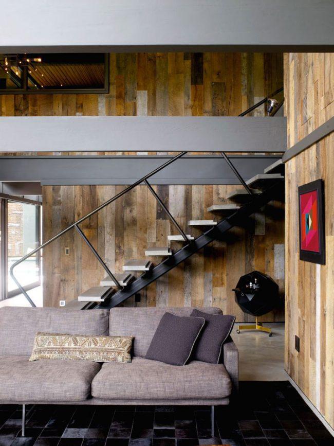 Красивая амбарная доска на стенах в гостиной