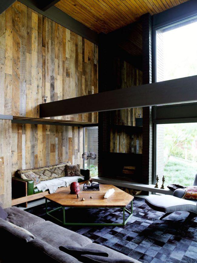 Выделенная зона кабинета с деревянной отделкой стены