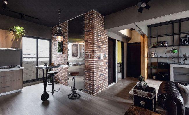 Черный потолок на кухне-гостиной в индустриальном стиле