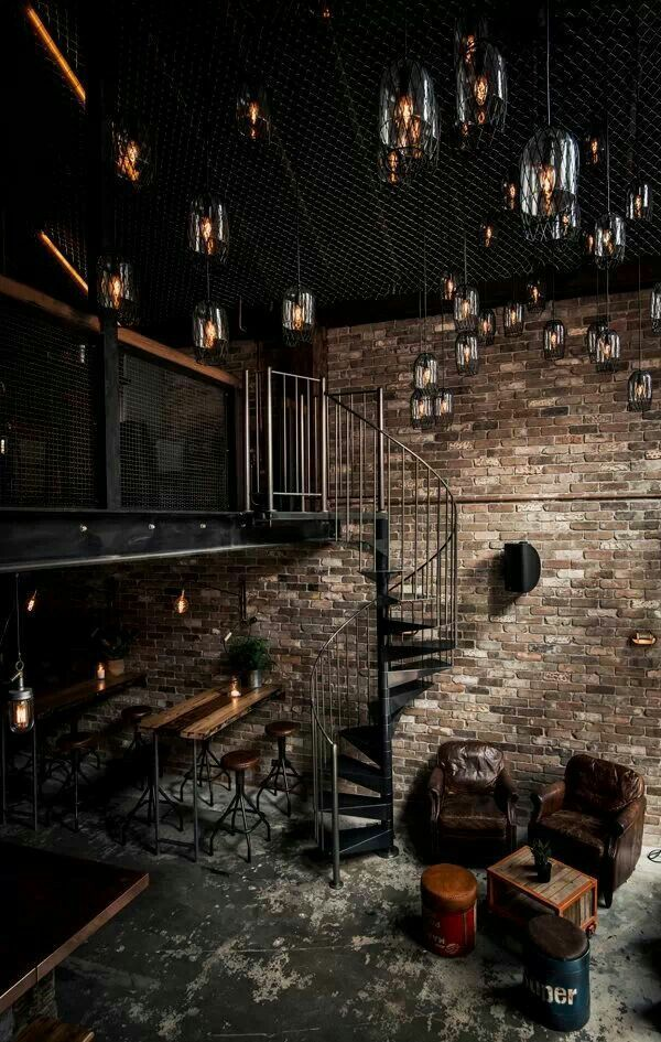 Черный фактурный потолок, украшенный множеством светильников