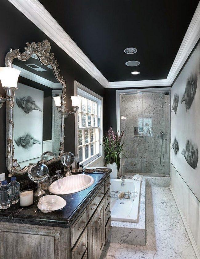 Черный потолок с белым плинтусом в интерьере классической ванной комнаты