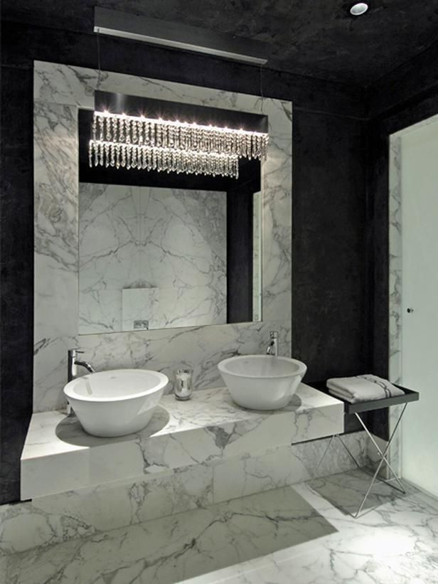 Мраморная ванная с черным потолком