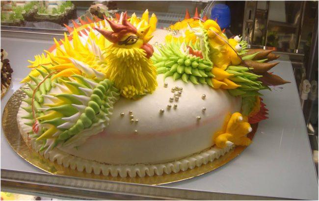 Роскошный торт, украшенный фигуркой в виде петушка из мастики