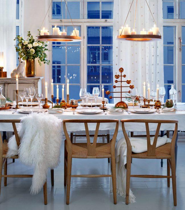 Сказочный образ новогоднего стола со множеством разных свечей