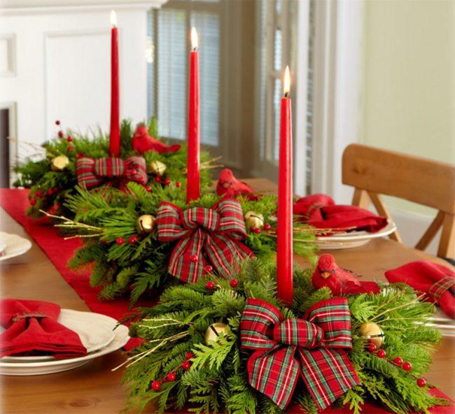 Расположение свечей посередине стола в хвойных ветках