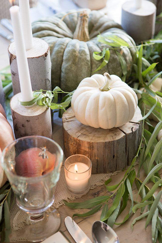 Небольшие свечки у каждой тарелки создают особый образ праздничного стола