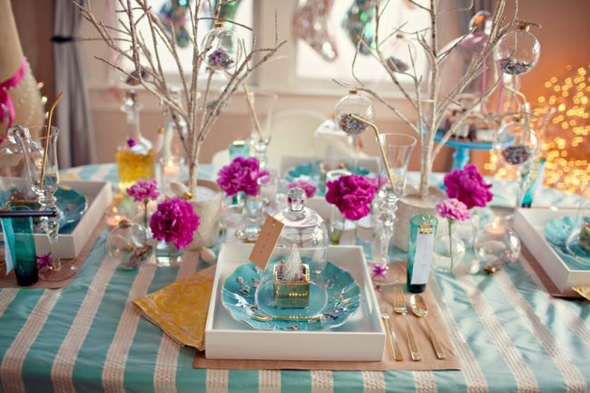 Гармоничное сочетание ярких оттенков в оформлении новогоднего стола