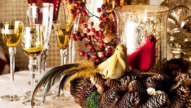 Великолепная композиция, состоящая из перьев, шишек и золоченых фужеров