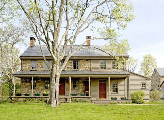 В большом загородном доме необходимо позаботиться о максимальном сохранении тепла, в этом очень важную роль имеет и теплый пол