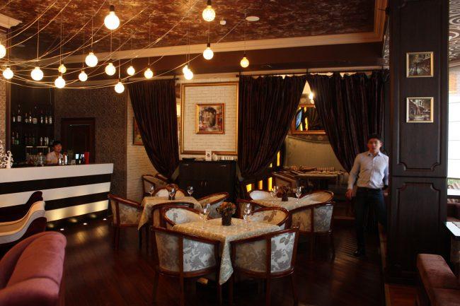 Классический стиль в оформлении кофейни с элементами современного
