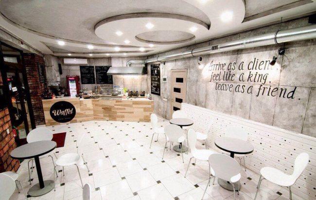 Современная светлая кофейня с небольшими круглыми столиками