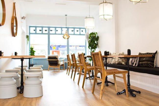 Для оформления современной кофейни могут подойти абсолютно разные даже порой несовместимые вещи
