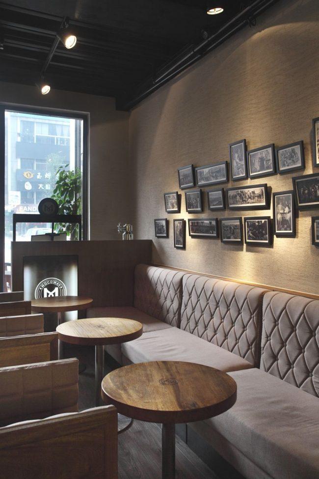 Небольшие фотографии в черных рамках хорошо смотрятся в серо-бежевом оформлении кофейни