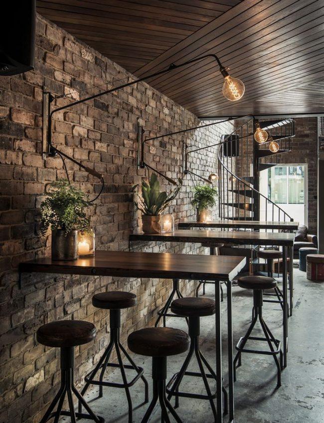 Кофейня в стиле лофт с необычным освещением