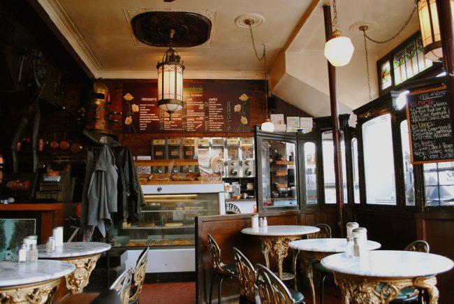 Резная мебель в классическом интерьере кофейни
