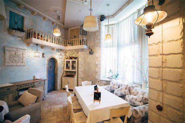 Теплый и уютный интерьер кофейни в стиле прованс