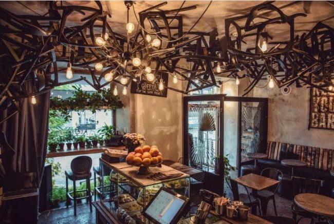 Достаточно простой интерьер кофейни украсит непривычно задекорированный потолок