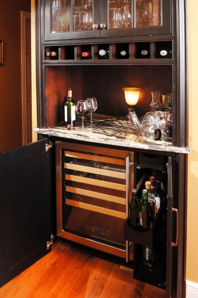Домашний мини-бар с различными вариантами хранения алкоголя