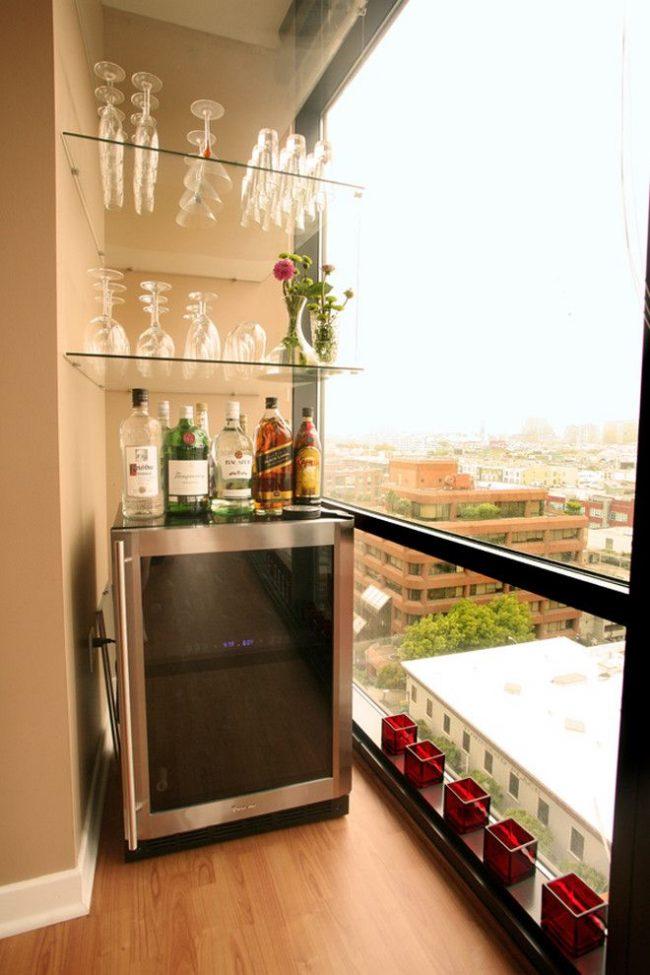 Мини бар со стеклянными полками на балконе