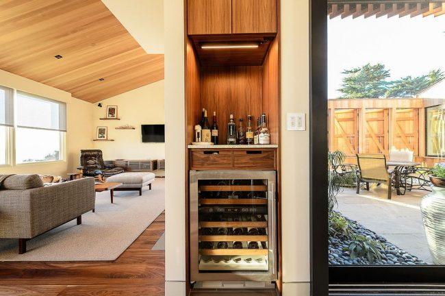 Современный интерьер частного дома с мини-баром в нише