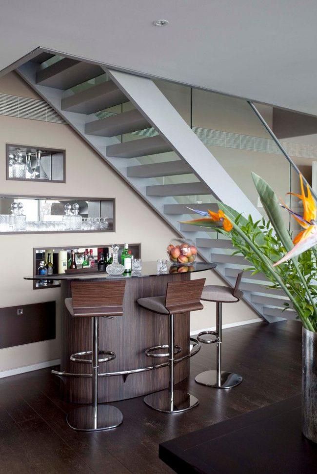 Современный мини-бар под лестницей