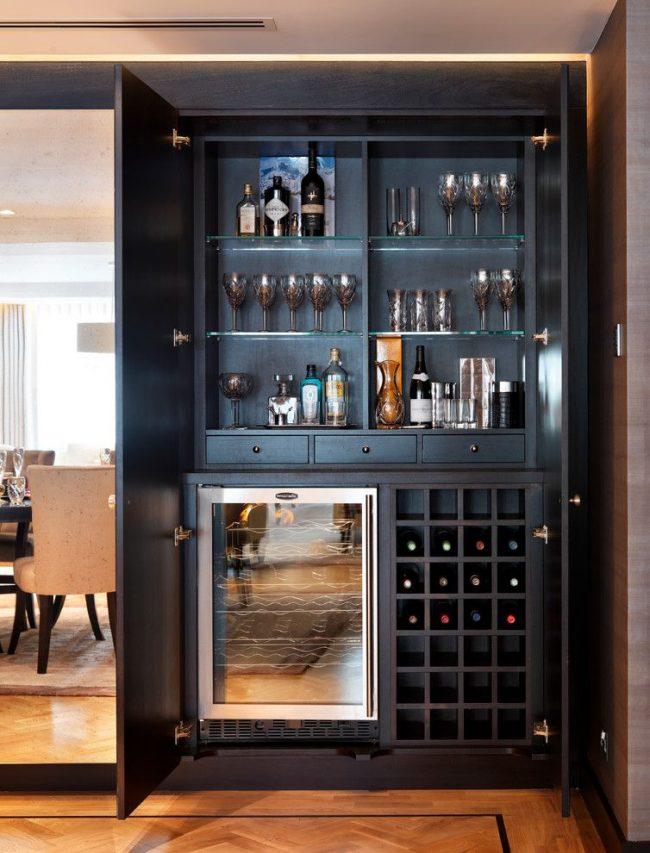 Домашний мини-бар в черном шкафу