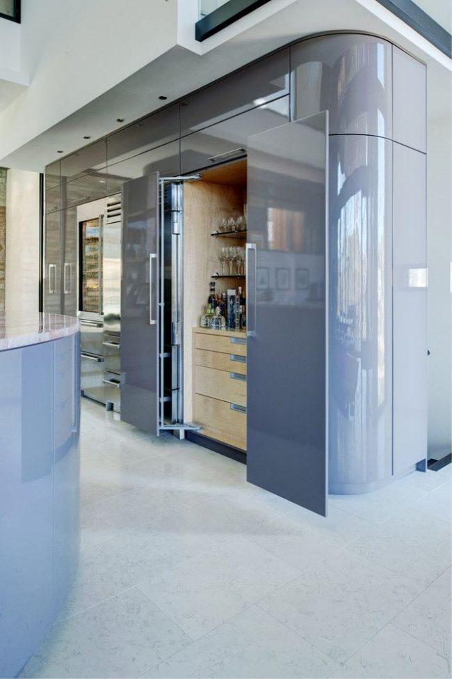 Современная глянцевая кухня обтекаемой формы со встроенным мини-баром