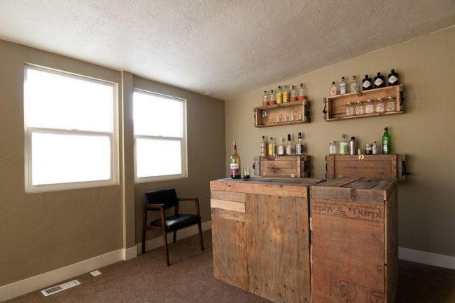 Мини бар в деревенском стиле из ящиков и досок