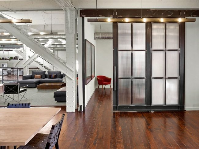 Дверь в стиле лофт с рифленым стеклом