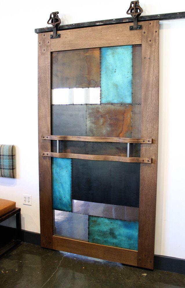 Необычная дверь из кусков разного материала