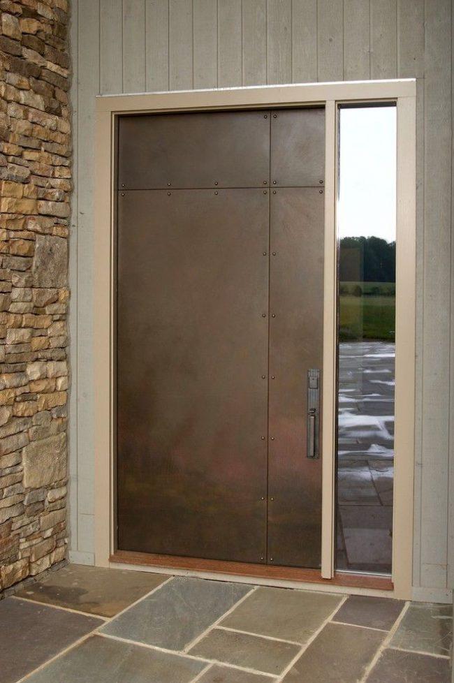 Входная металлическая дверь с болтами выглядит мощно и стильно одновременно
