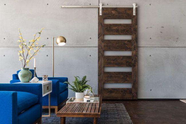 Стильный интерьер в стиле лофт со сдвижной дверью