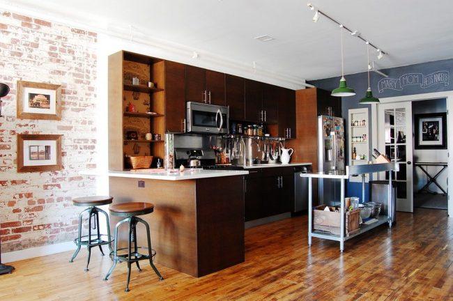Двери в стиле лофт: cовременная кухня в стиле лофт с распашными двустворчатыми дверями
