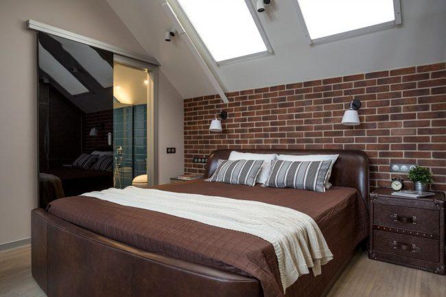 Мансардная спальня в стиле лофт с дверью из черного глянцевого стекла