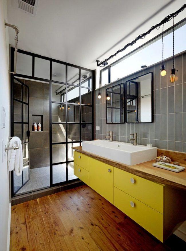 Ванная комната со стеклянной дверью в зону душевой