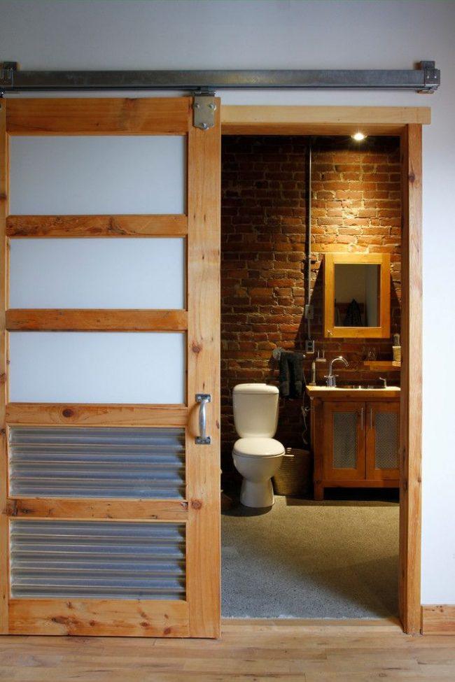 Стекло, металл и дерево в оформлении двери в ванную