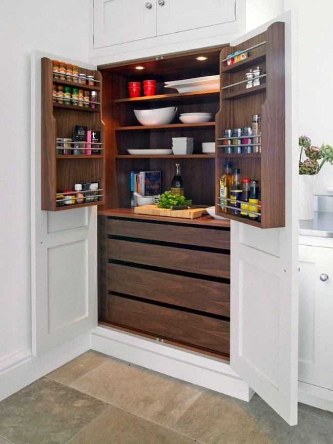 Удобный двустворчатый кухонный шкаф с полками для хранения специй